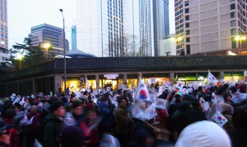 ソウルでパク・クネ大統領関連のデモ隊に遭遇したので写真&動画を撮ってみた